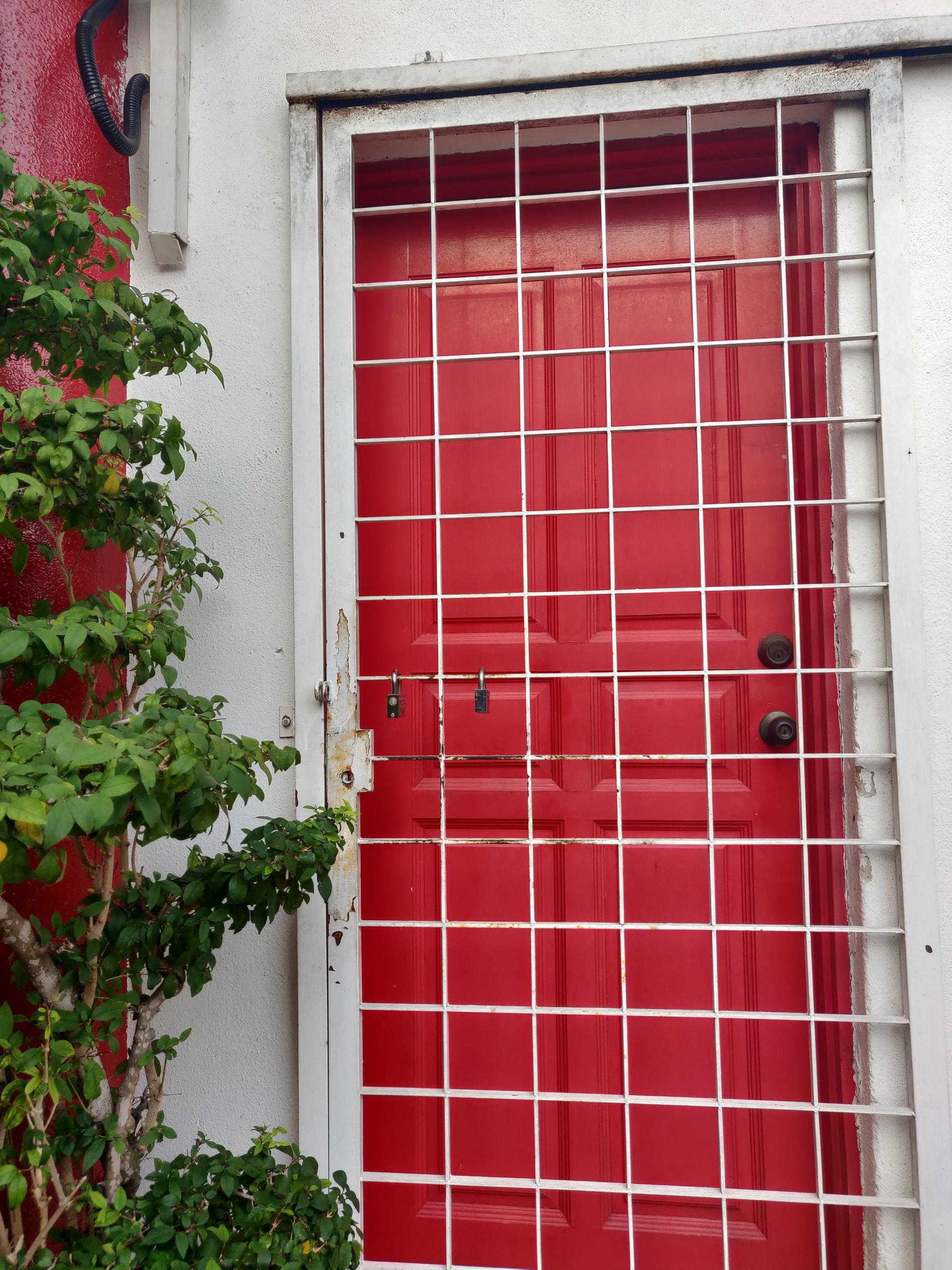 beveiligde rode deur
